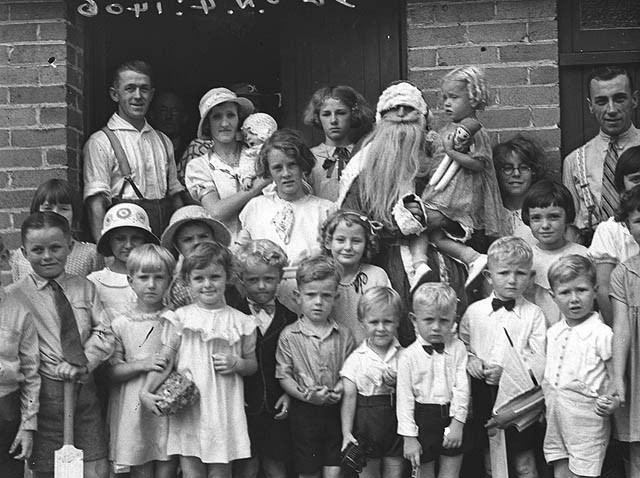 Santa_Claus_and_children_at_the_I.O.O.F._Christmas_party,_Bexley,_22_Dec_1934_-_by_Sam_Hood_(3081725470).jpg