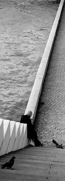 Man with pigeons, River Seine, Paris Fred Lyon.png