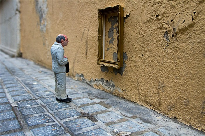 isaac-cordal-isolated-miniuatures-in-the-modern-outdoors.jpg
