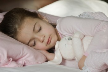 child-sleeping-with-stuffed-animal_wvlmby.jpg