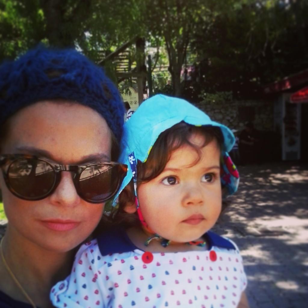 Matilde com chapéu, calções a t-shirt TUC TUC e mamã Mendinha com gorro  feito pela tia  ) e óculos ALDO 5cdd775819