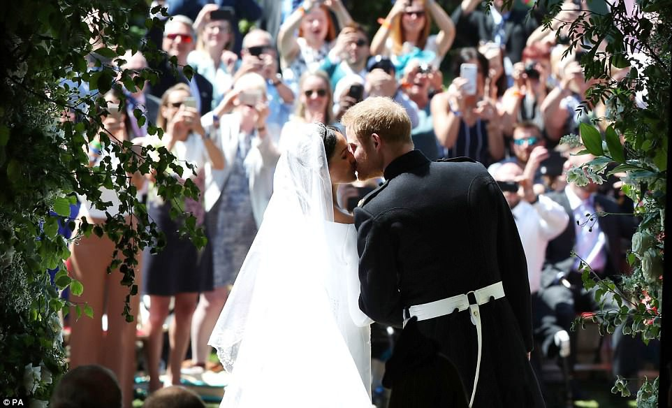 4C6DEE1600000578-5747477-Prince_Harry_and_Meghan_Markle_kiss_on_the_steps_of_St_George_s_-m-3_1526752923713.jpg