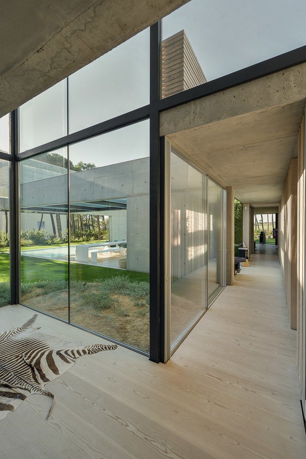 The-Wall-House-on-Portuguese-Riviera-by-Guedes-Cruz-Arquitectos-Yellowtrace-16.jpg