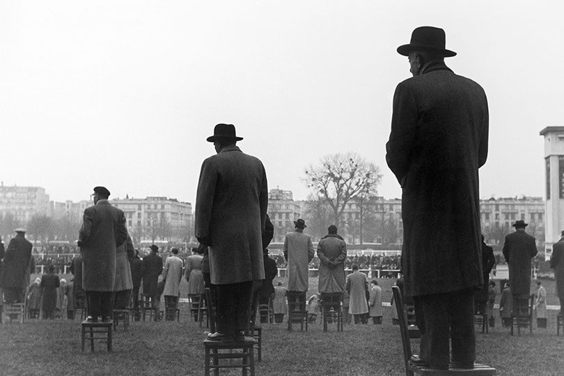 Sabine Weiss, Courses a auteuil, Larchant, France, 1950.jpg