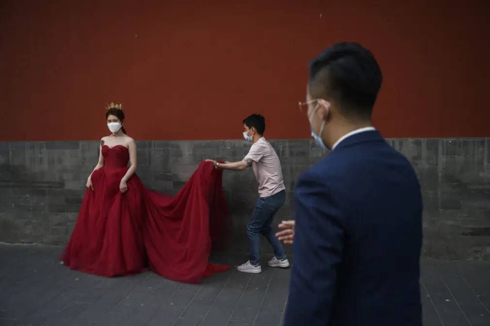 A bride prepares to have pictures taken near the Forbidden City..jpg