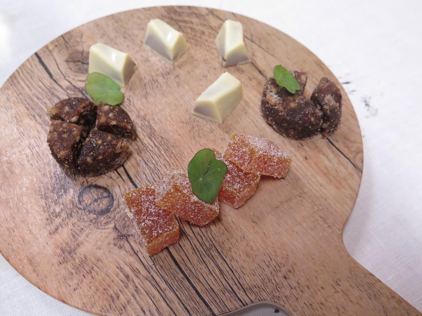 Chocolate branco e praliné, queijo de figo do Algarve e goma de manga com especiarias