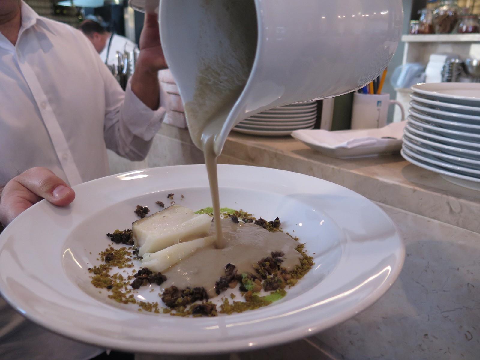 Creme de cogumelos, bacalhau fresco arrepiado, azeite Oliveira da Serra 1.ª Colheita de ervilhas e cravinho