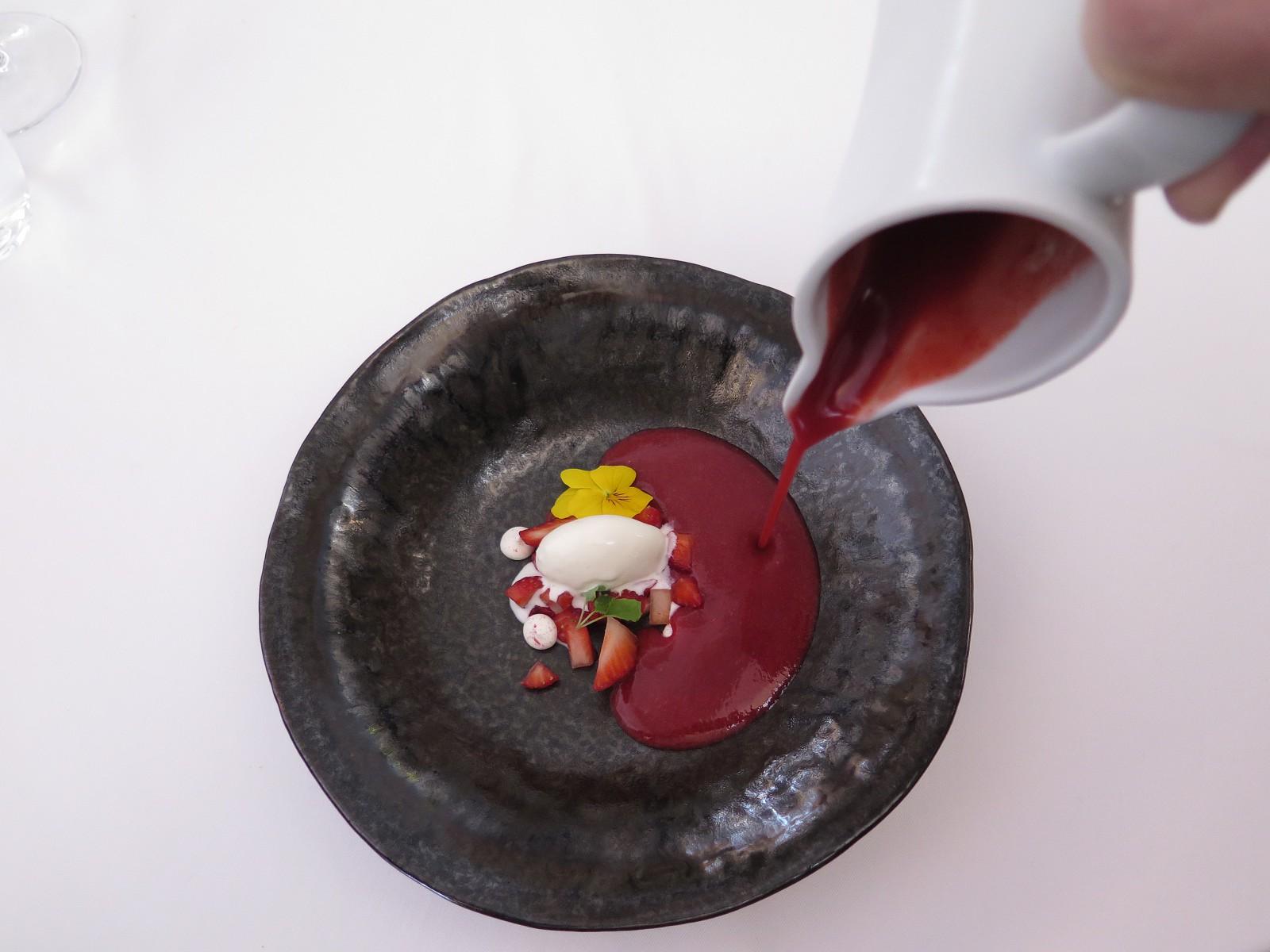 Sopa fria de morangos com gelado de mascarpone