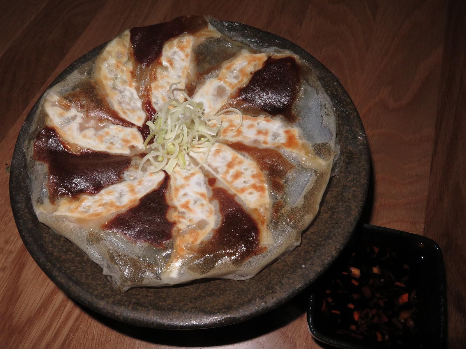 HOUSEMADE GYOZA (8 bolinhos de massa com carne de porco moída, rama de alho, gengibre, cebolo, repolho de napa, molho de gyoza)