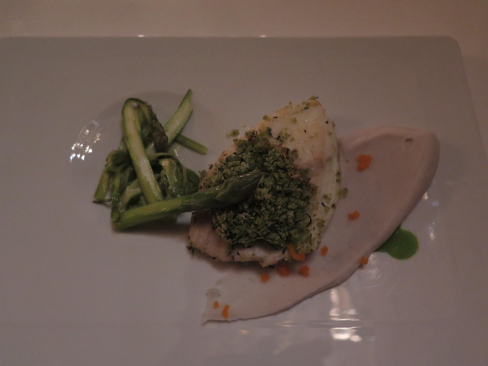 Pregado em filete, com crosta de ervas, sobre puré de inhame e com salada de espargos verdes