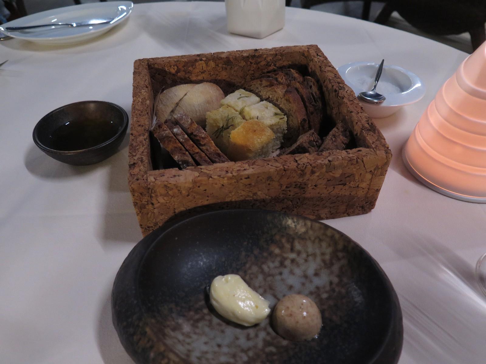 Seleção de pães, azeite virgem extra Herdade Paço do Conde, manteiga ao natural e com atum seco, flor de sal