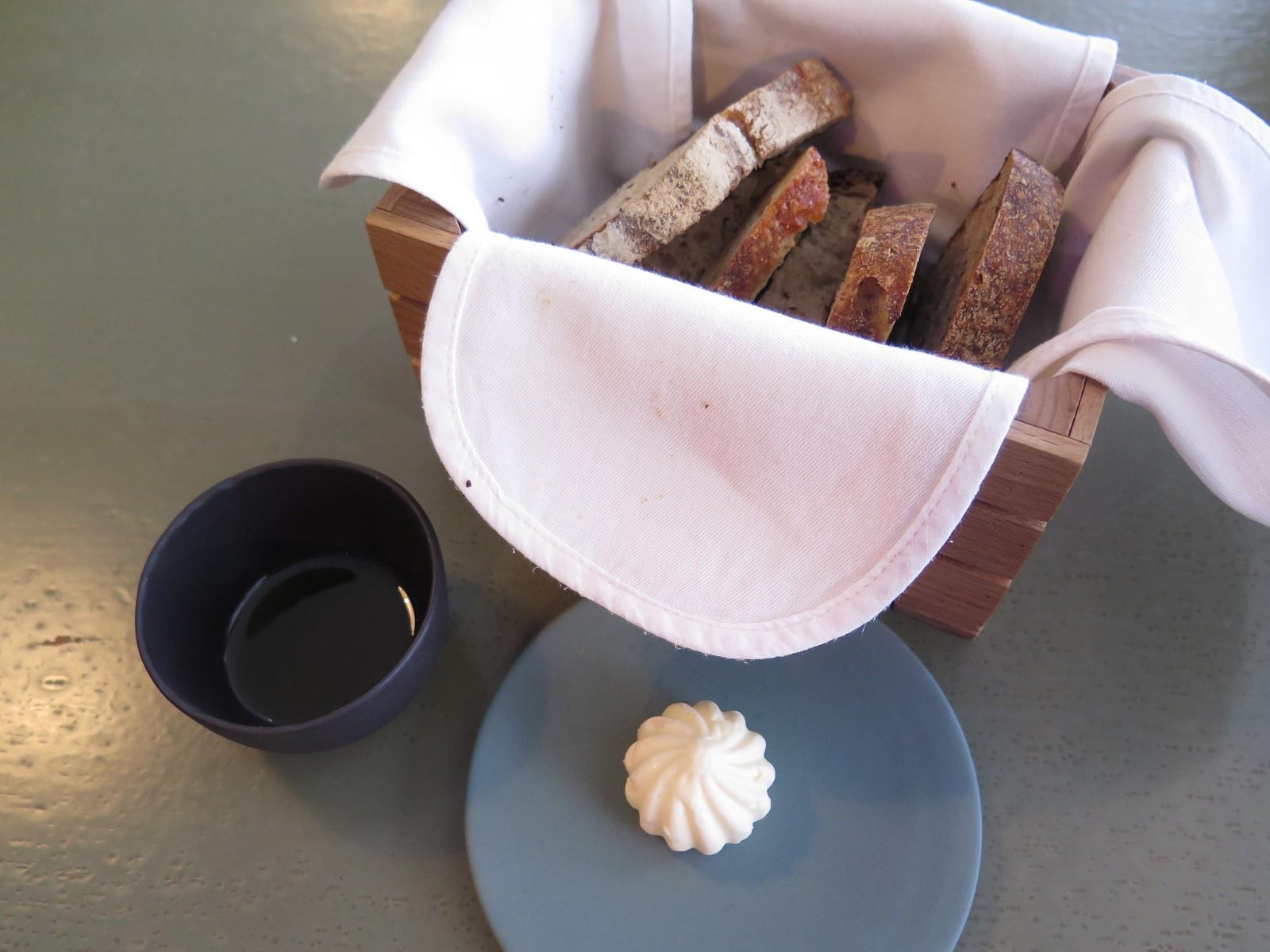 Seleção de Pães do Dia (da padaria Gleba), Manteiga Batida e Azeite Monterosa Premium Picual