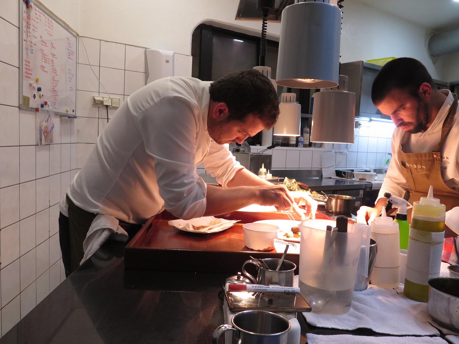Louis Anjos e o subchefe Ricardo Luz empratando a carne arouquesa