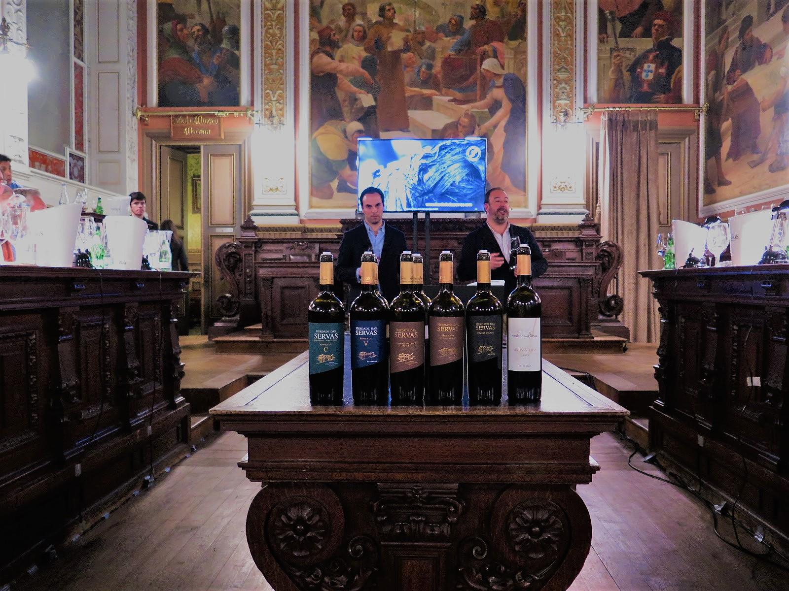 """Enólogo Ricardo Constantino e produtor Luís Serrano Mira na Sala do Tribunal do Palácio da Bolsa, no Porto, durante a prova comentada """"Herdade das Servas: a estreia do Carignan e a consolidação das vinhas velhas"""""""